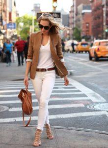 como combinar pantalones marrones con blanco
