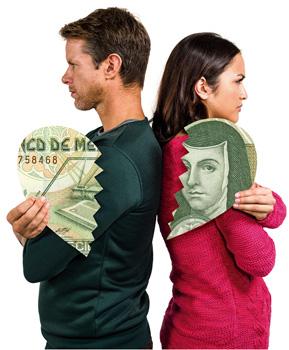 Pareja revisa sus finanzas de matrimonio