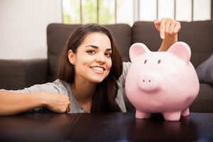 Chica ahorra en su alcancía