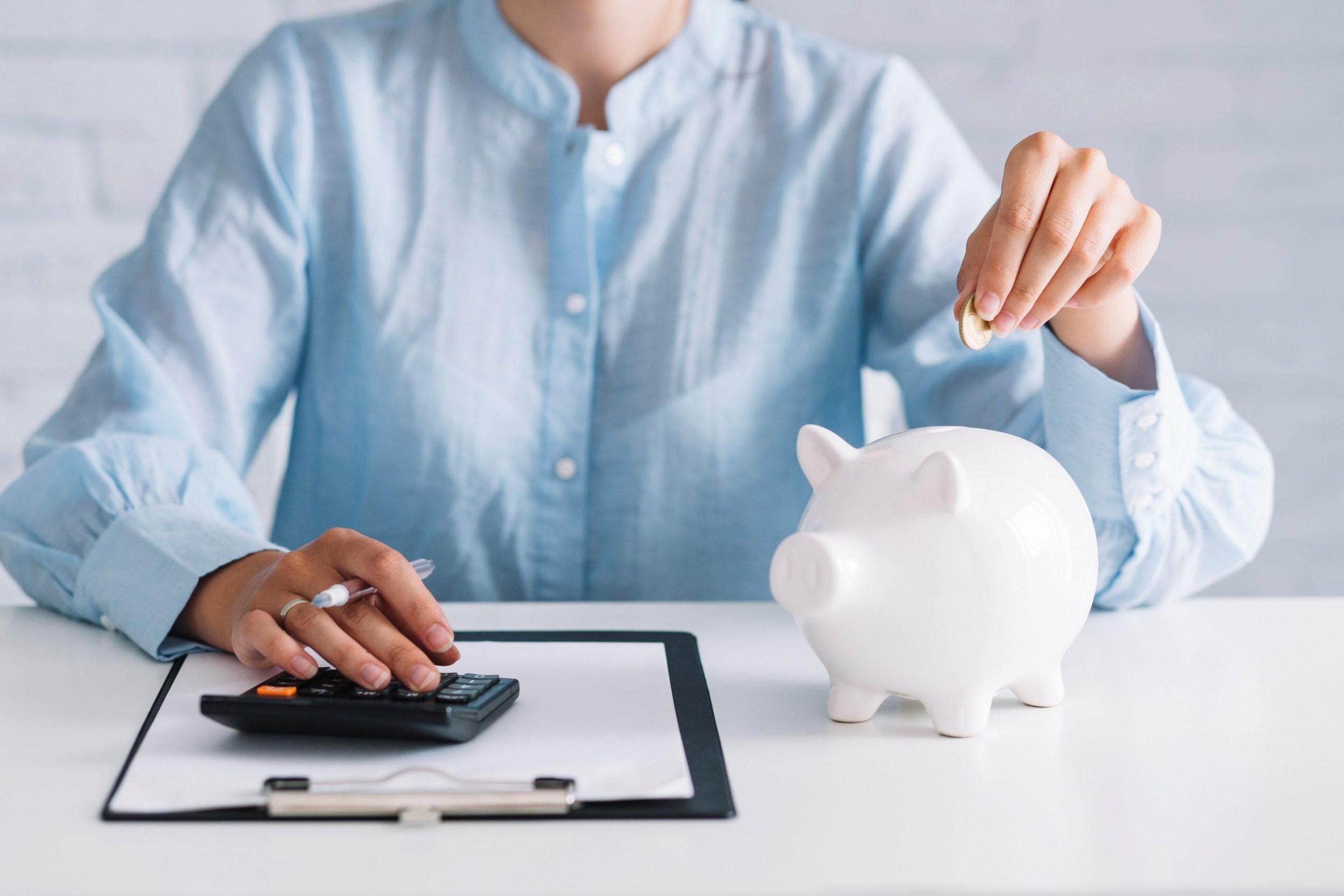 Mujer calcula sus ahorros
