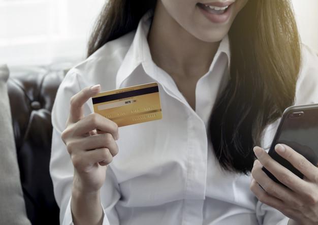 Mujer usa su tarjeta de crédito