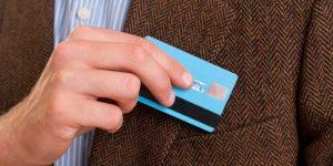 Hombre con tarjeta de crédito comercial