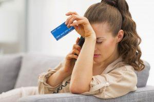 Mujer revisando su tarjeta