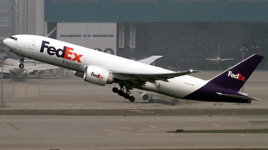 avión de mensajería despegando