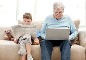 niño y adulto mayor sentados al lado del otro