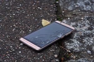 Smartphone roto tirado en el piso