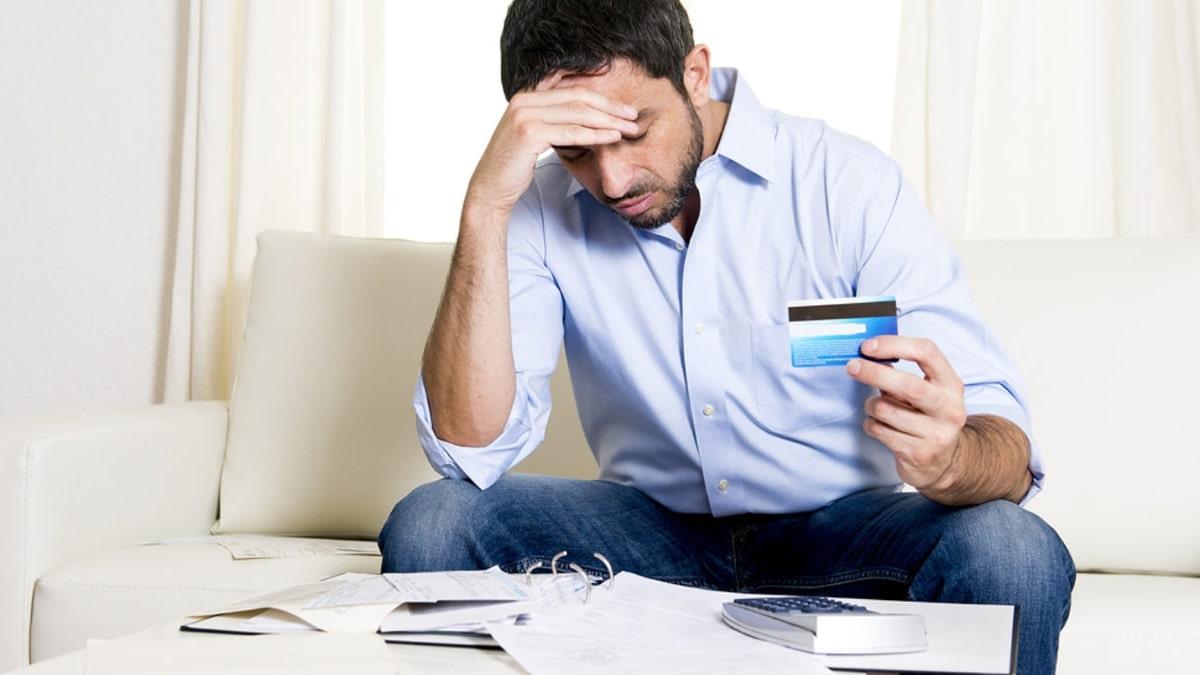 Hombre mostrando su tarjeta de crédito