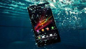 celular sumergido en el agua