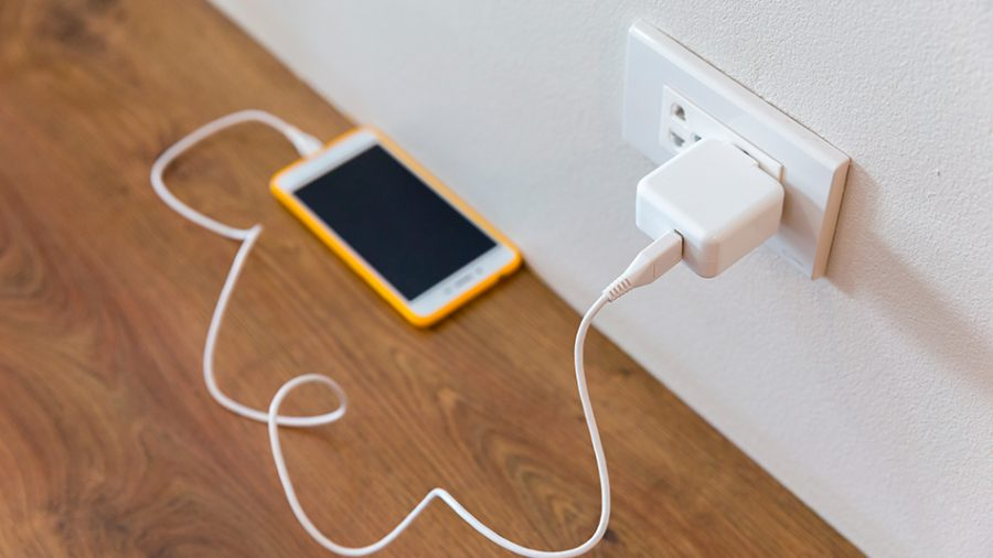 celular conectado a un cargador