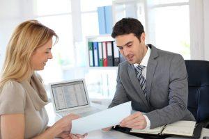 Mujer solicitando cuenta de bancaria