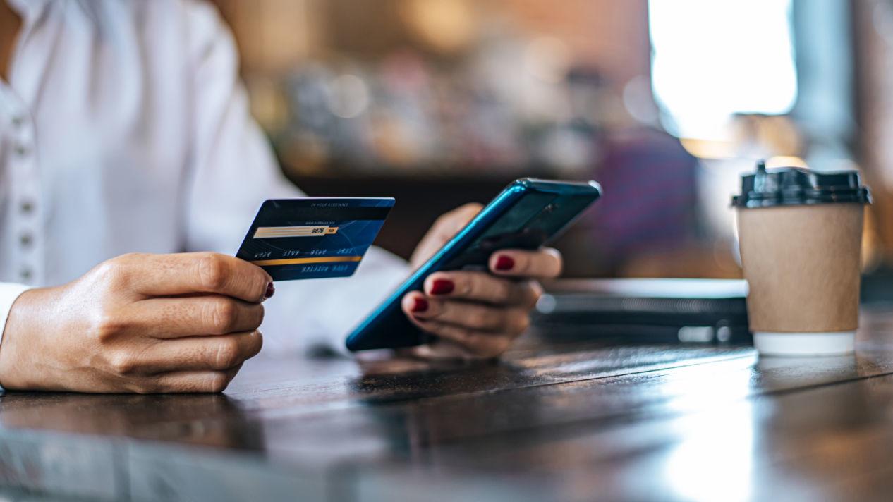 Persona comprando con tarjeta de debito