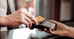Persona usando tarjeta de debito en linea