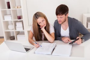Pareja ahorrando dinero en una cuenta de banco