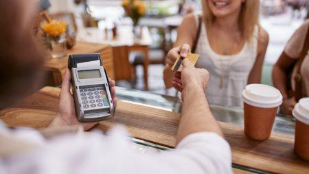 Persona pagando con tarjeta de débito