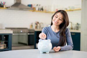 Mujer a punto de elegir cuenta de ahorro