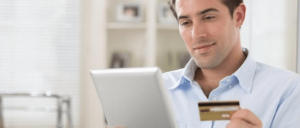 Hombre revisando tarjeta de crédito
