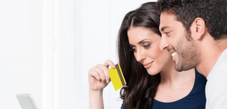 Pareja revisando consejos para usar tarjeta de crédito