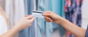 Mujer entregando tarjeta de crédito