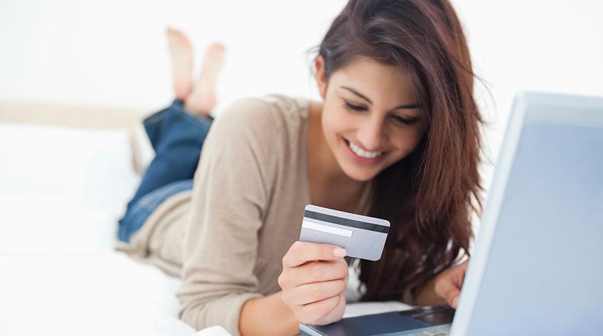Jovenes haciendo pagos con tarjeta