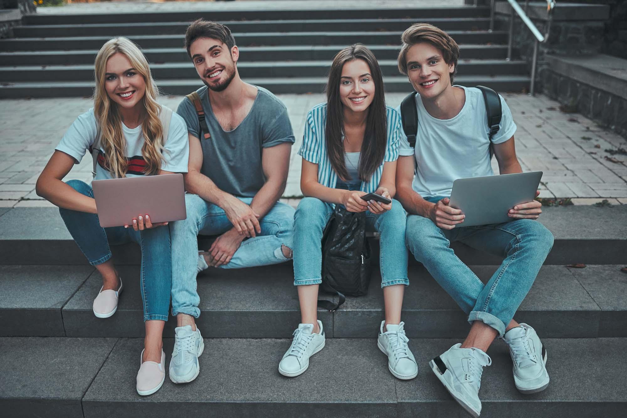 Nuevas-generaciones-haciendo-pagos-en-internet