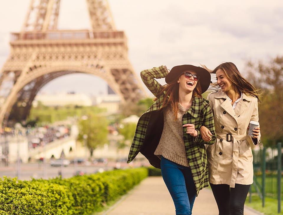 amigas felices por viajar